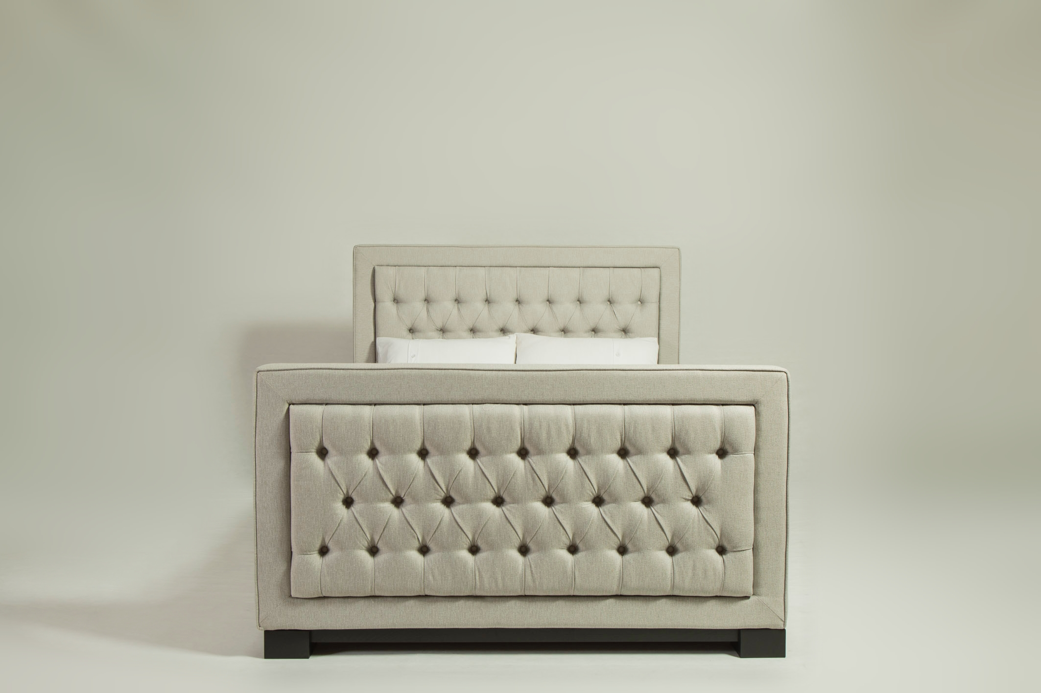 lux_deep_buttoned_bed_01.jpg